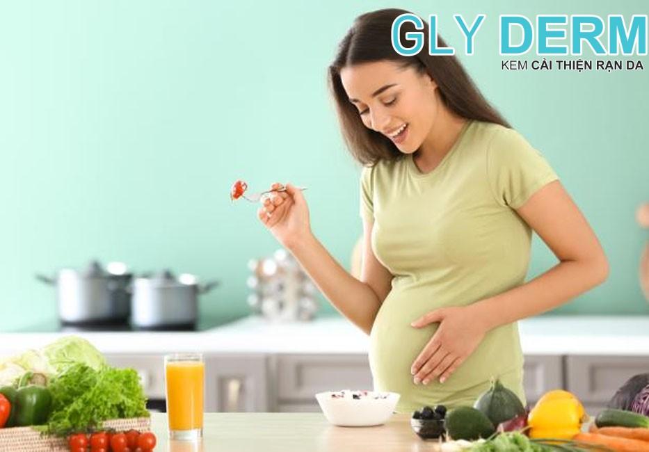 Nghỉ ngơi, ăn uống hợp lí và đầy đủ là một trong những cách cải thiện thai nhi yếu